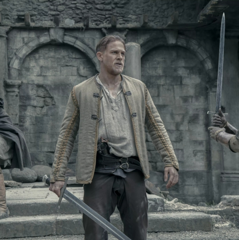 Актер Чарли Ханнэм с мечем.