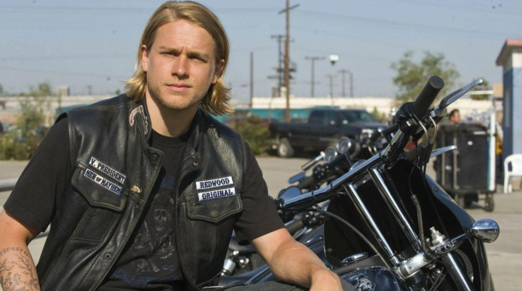 Актер Чарли Ханнэм в сериале Сыны анархии сидит на мотоцикле.