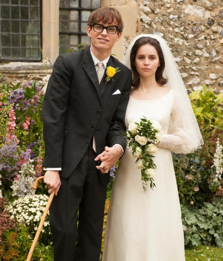 Актер Эдди Редмэйн как Стивен Хокинг рядом с невестой.