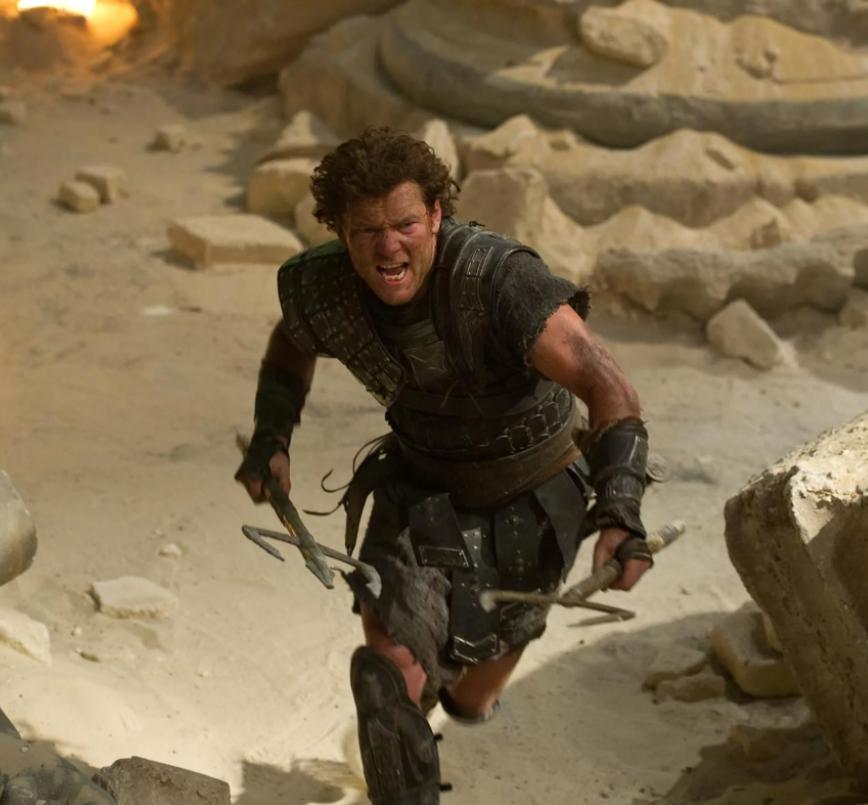 Актер Сэм Уортингтон как Персей бежит с мечем.