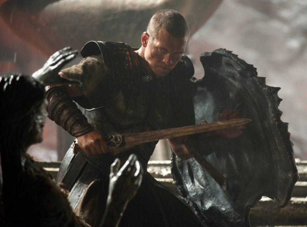 Актер Сэм Уортингтон как Персей с мечем и шитом.