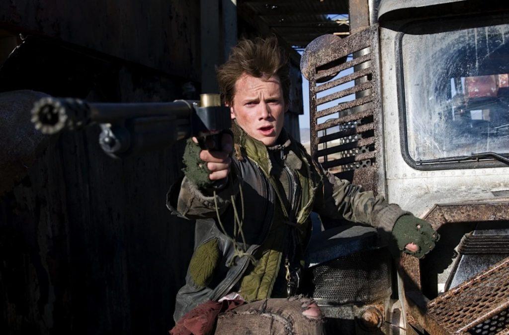 Антон Ельчин в роли Кайла Риза с дробовиком.