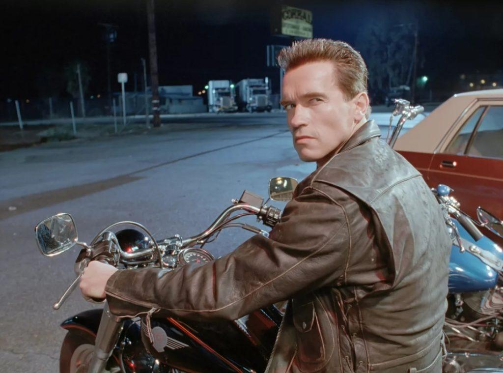 Арнольд Шварценеггер на мотоцикле.