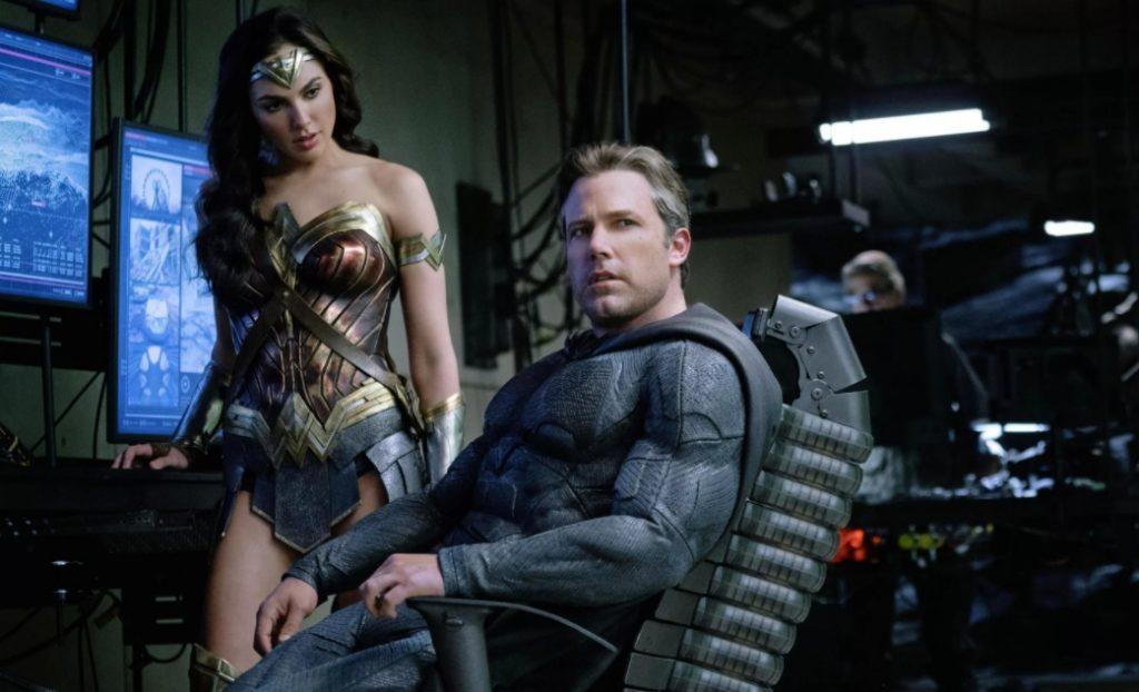 Бэн Аффлек в роли Бэтмена, рядом чудо-женщина Галь Гадот.