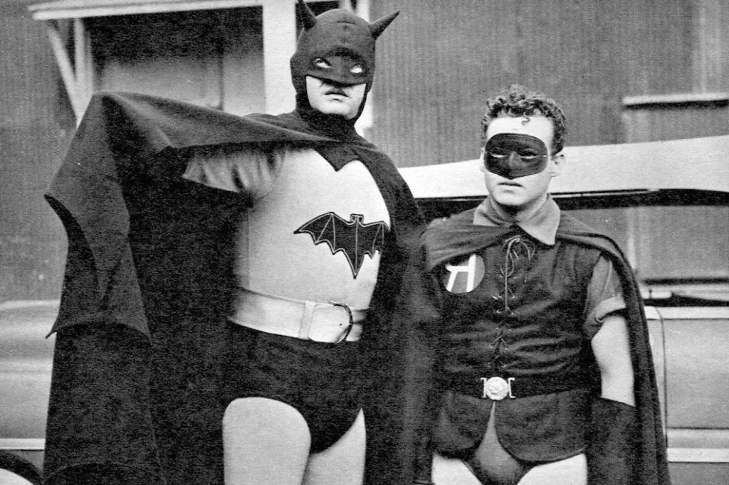 Актер Роберт Лоури в роли Бэтмена, рядом Робин. Первый костюм Бэтмена.