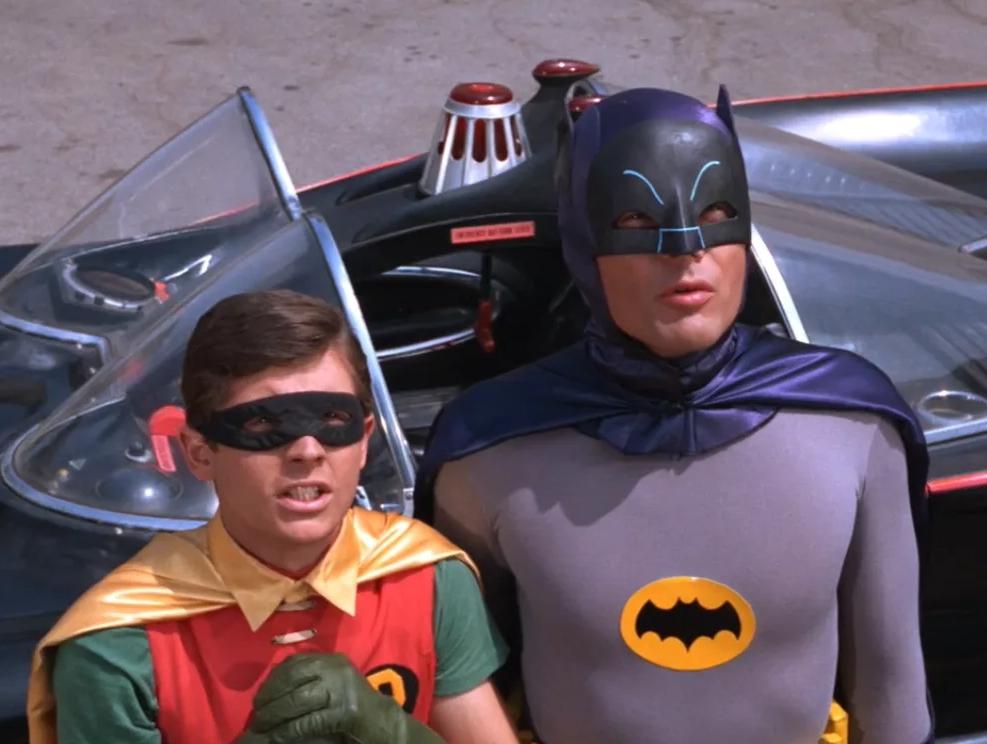 Актер Адм Уэст в роли Бэтмена, рядом помощник Робин.