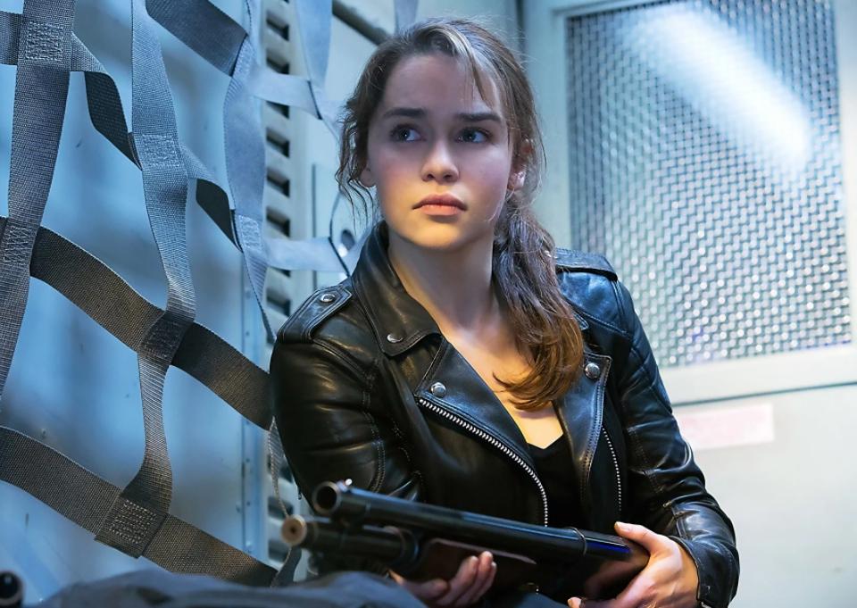Эмилия Кларк с ружьем.