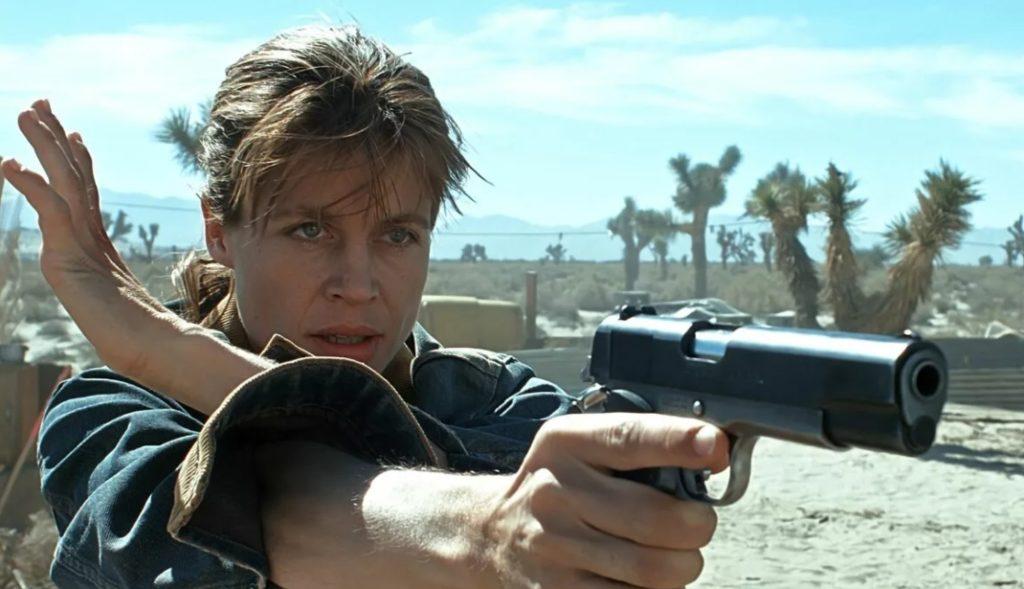 Линда Хэмилтон в роли Сары Коннор с пистолетом.