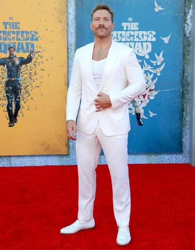 Джай Кортни в белом костюме.