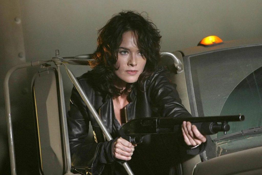 актриса Линда Хиди с ружьем.