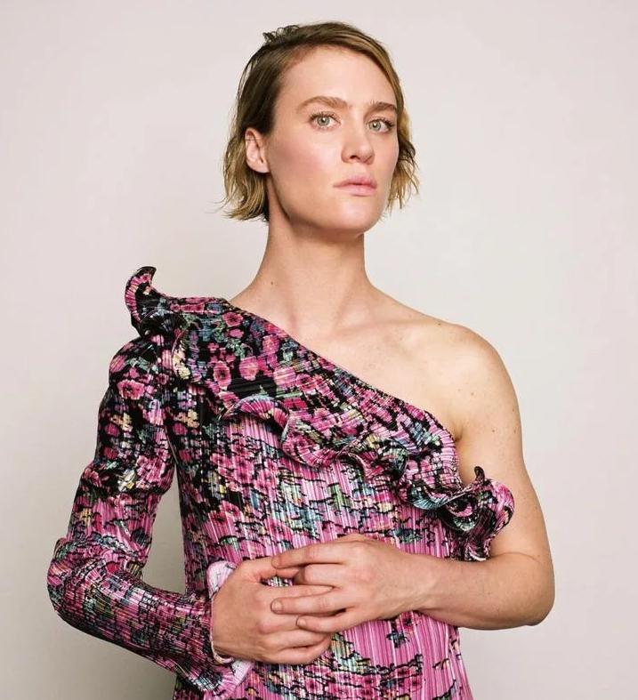 Маккензи Дэвис в платье.