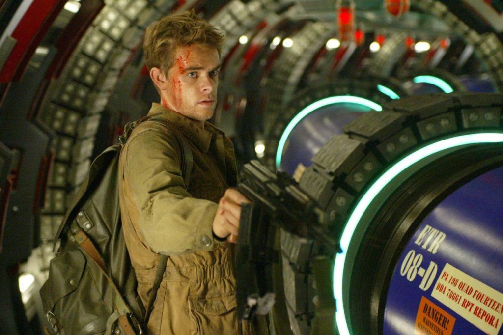 Ник Стал в роли Джона Коннора с автоматом.
