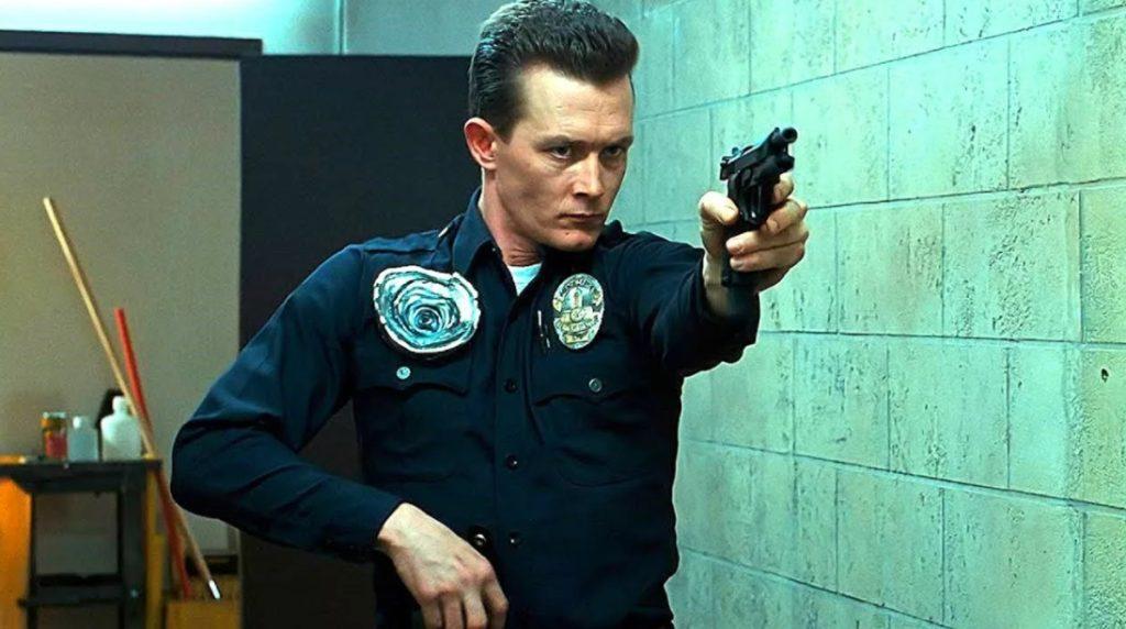 Актер Роберт Патрик в роли Терминатора с пистолетом.