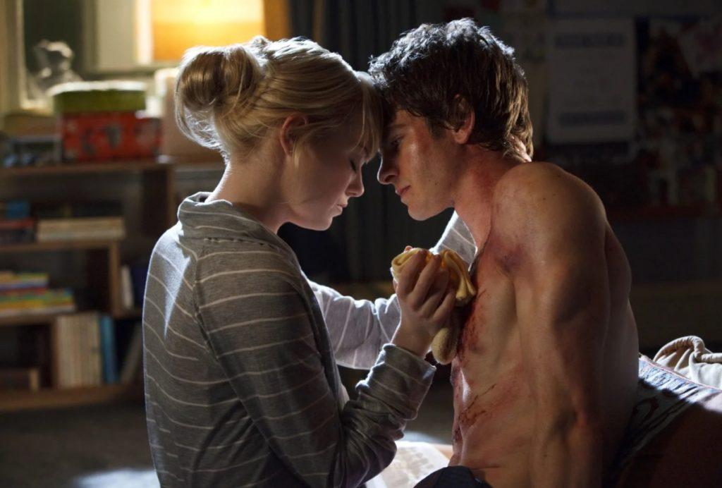 Актер Эндрю Гарфилд и Эмма Стоун прижались лбами в фильме Новый человек-паук.