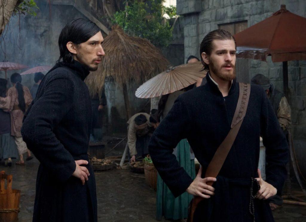 Актер Эндрю Гарфилд в роли монаха иезуита. Рядом Адам Драйвер в рясе монаха.