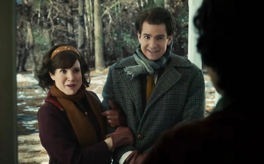 Актер Эндрю Гарфилд в роли проповедника. По руку его держит Джессика Честейн.
