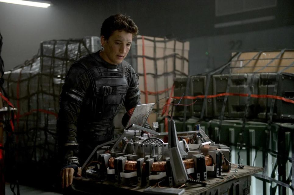 Киноактер Майлз Теллер разбирается в механизме.