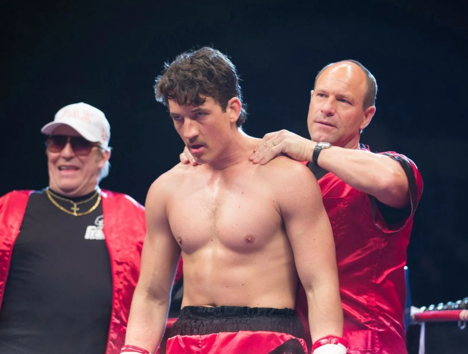 Киноактер Майлз Теллер на ринге как боксер.