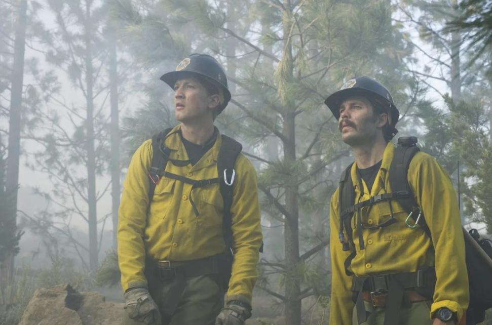 Киноактер Майлз Теллер в лесу с дымом от пожара. Кадр из фильма.