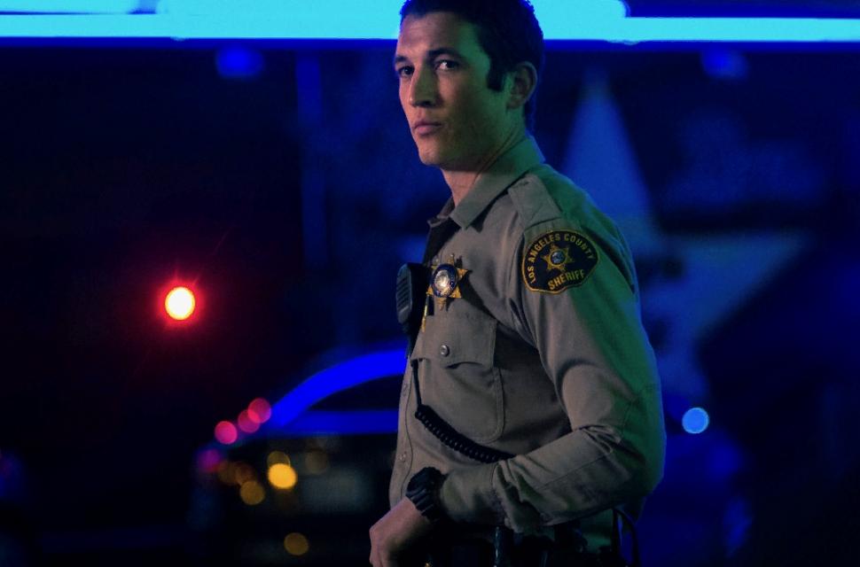 Киноактер Майлз Теллер в форме шерифа.