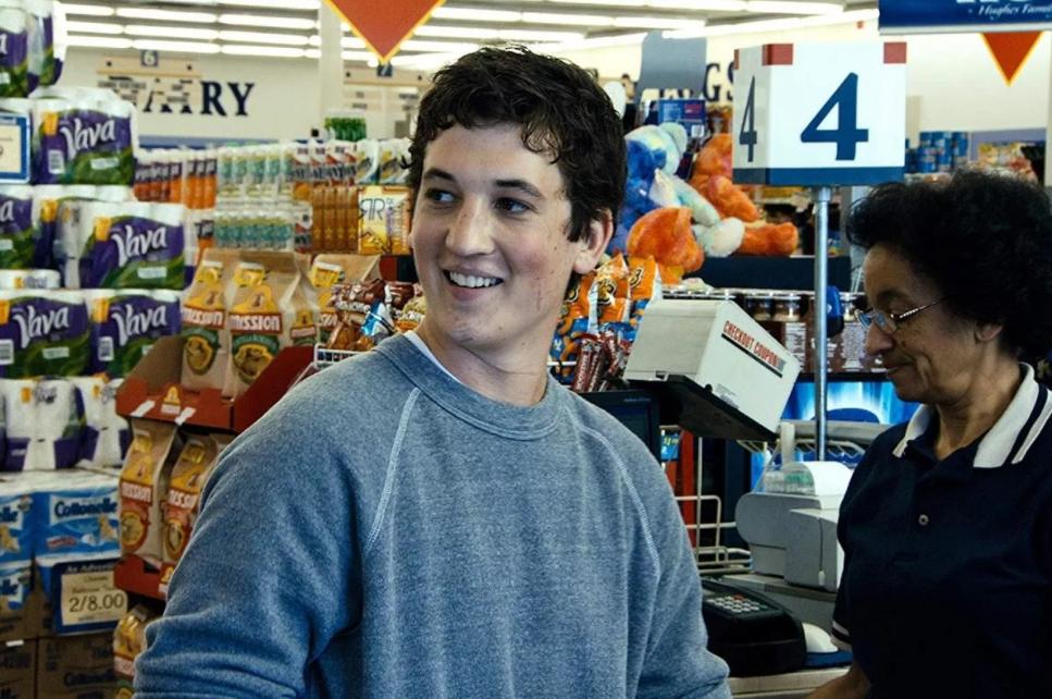 Киноактер Майлз Теллер в магазине с продуктами.